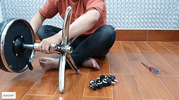 Lắp phần đầu nhỏ của trụ inox vào tay điều chỉnh độ cao mặt ghế