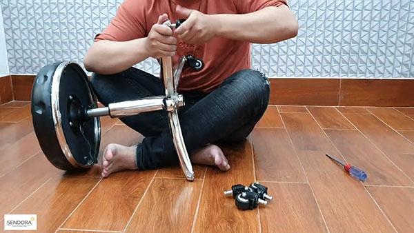Lắp 5 bánh xe vào 5 cạnh của chân ghế