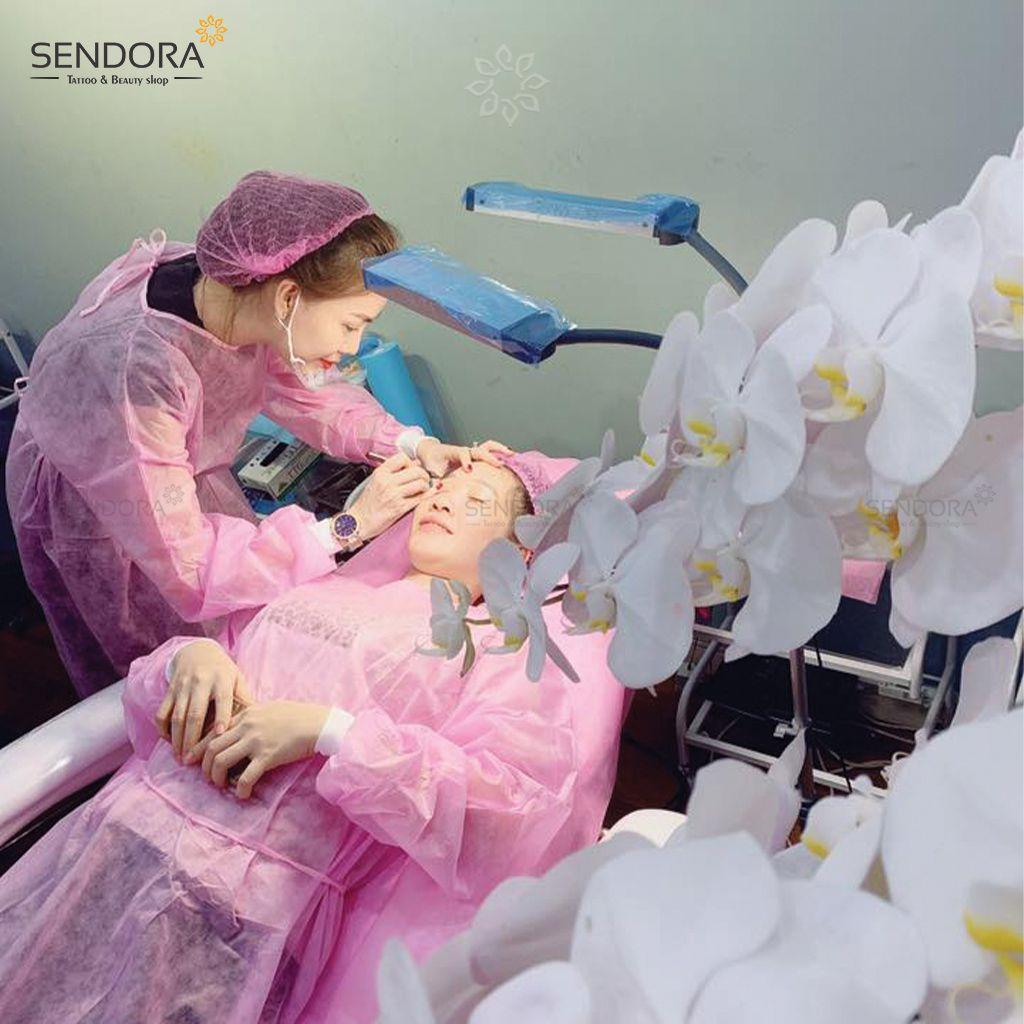 Áo choàng khử trùng được dùng trong phun xăm thẩm mỹ