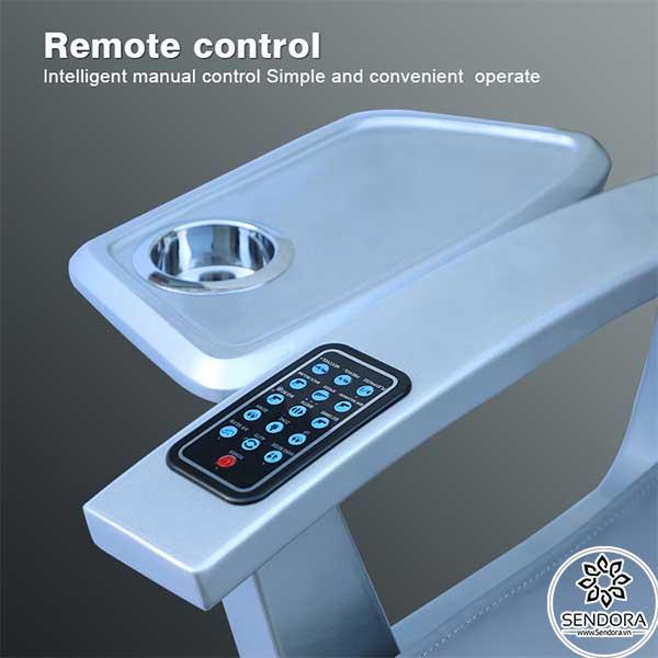 Remote điều khiển từ xa cho phép kiểm soát tất cả các chức năng trên ghế như massage ấn huyệt Shiatsu, hẹn giờ, nâng hạ lưng, nâng hạ tay vịn...